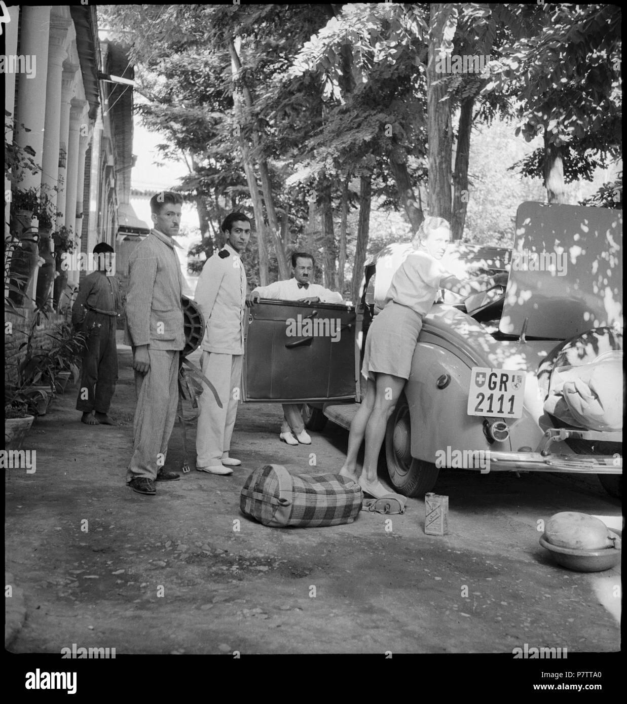 Iran, Meshed (Mashhad): Britisches Konsulat; Ella Maillart beim Beladen des Autos. from 1939 until 1940 73 CH-NB - Iran, Meshed (Mashhad)- Britisches Konsulat - Annemarie Schwarzenbach - SLA-Schwarzenbach-A-5-19-116 - Stock Image