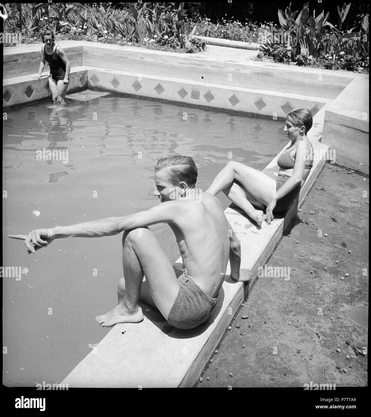 Iran, Meshed (Mashhad): Britisches Konsulat; Eine Frau und ein Mann am Swimmingpool. from 1939 until 1940 73 CH-NB - Iran, Meshed (Mashhad)- Britisches Konsulat - Annemarie Schwarzenbach - SLA-Schwarzenbach-A-5-19-115 - Stock Image