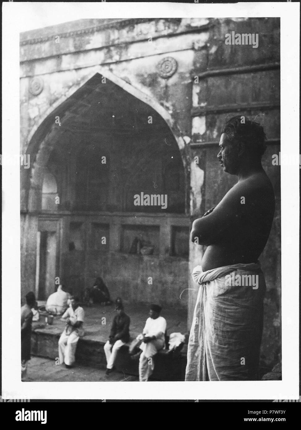Britisch-Indien, Mandu (Mandav): Menschen; Männer vor einer Mauernische. from 1939 until 1940 68 CH-NB - Britisch-Indien, Mandu (Mandav)- Menschen - Annemarie Schwarzenbach - SLA-Schwarzenbach-A-5-23-055 Stock Photo