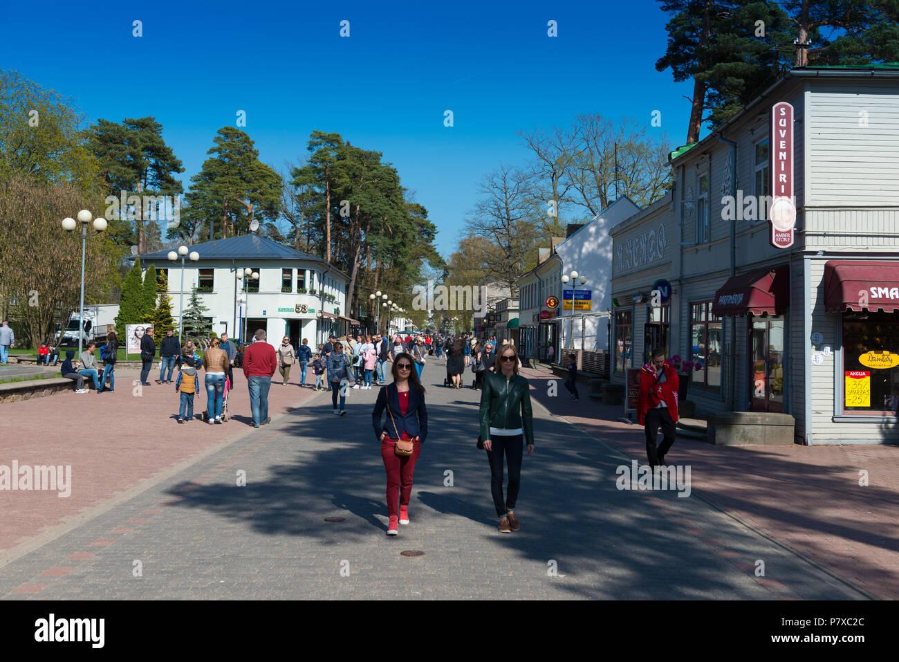 Tourists walking in Jomas Iela street, Jurmala, Latvia - Stock Image