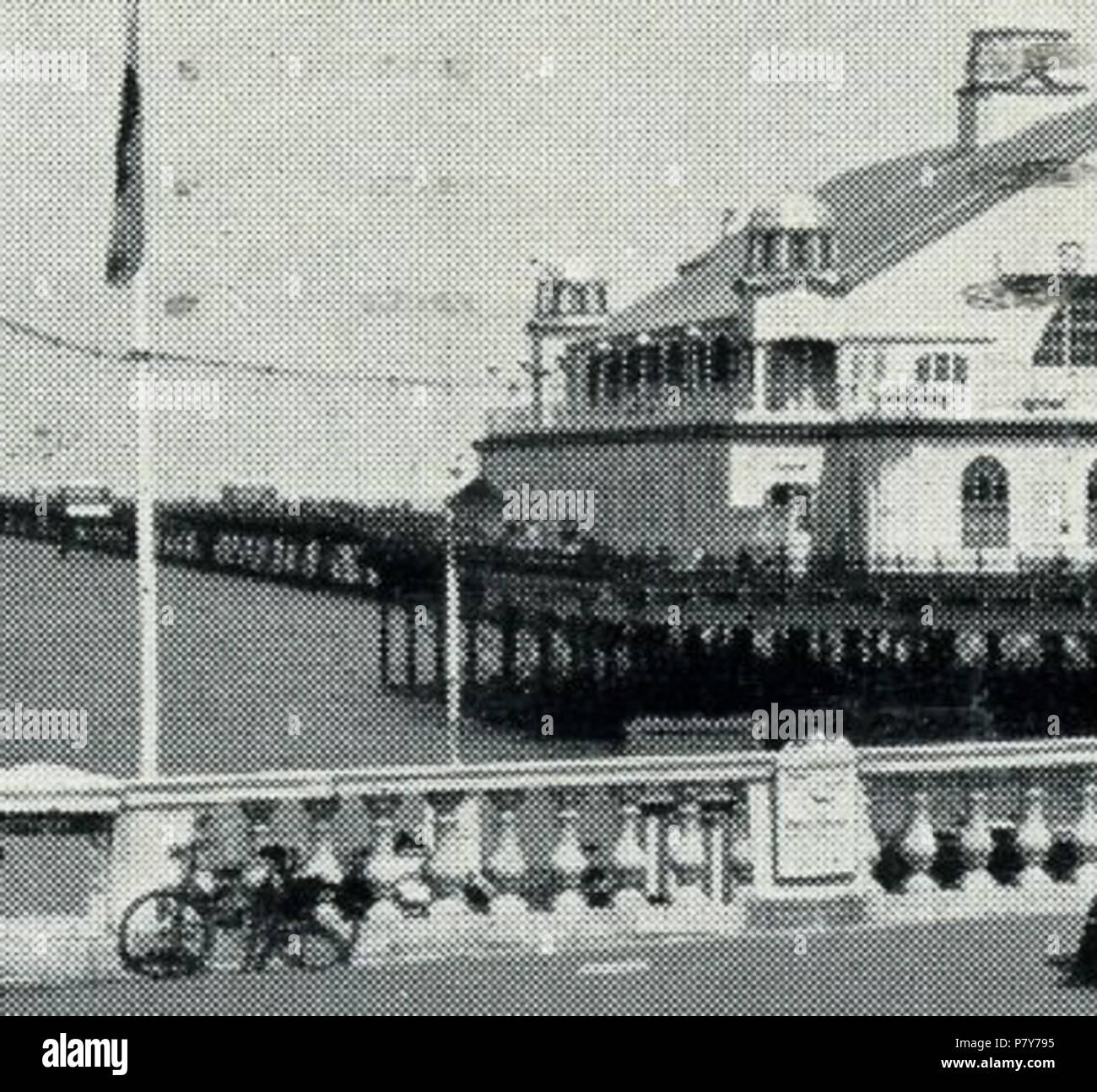 English: Section from postcard of the third Herne Bay Pier, built 1899. This section shows the stone balustrade taken from London Bridge and used for the entrance of the first Herne Bay Pier in 1832. It was repositioned a few times and by the time of this photo it had been there 100 years. It was removed in 1953 after storm damage. Its present whereabouts are unknown. postmarked 1939 192 3rd Herne Bay Pier 1932-1939 002a - Stock Image