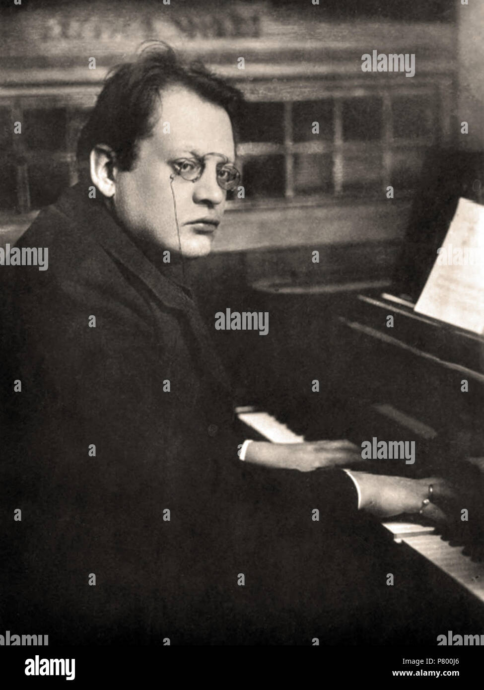 English Carte De Visite Of Max Reger Playing Piano Published By Hermann Leiser In Berlin Circa 1910 263