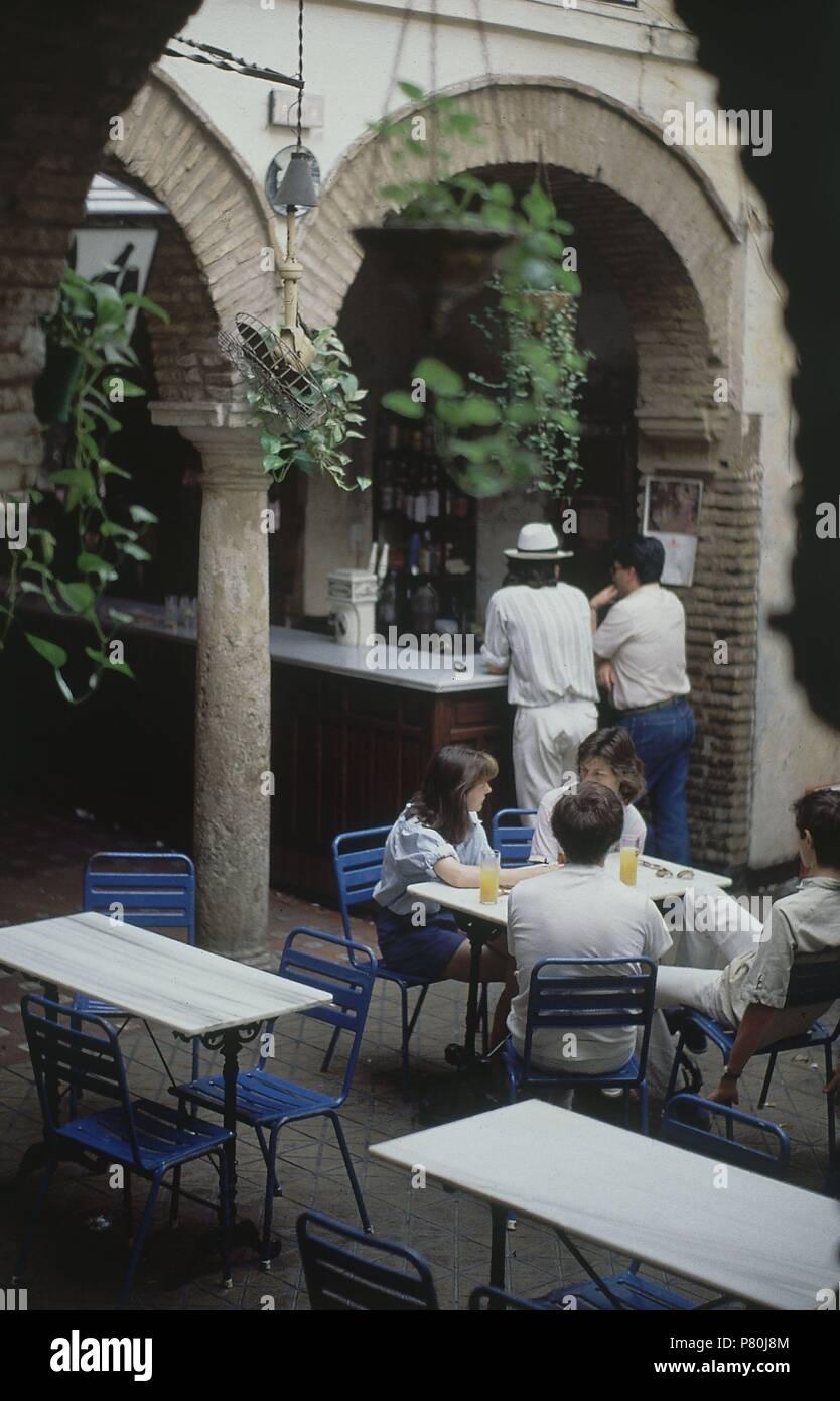 TABERNA-HOMBRES APOYADOS EN LA BARRA-INTERIOR. Location: SOCIEDAD DE PLATEROS, CORDOBA, SPAIN. - Stock Image