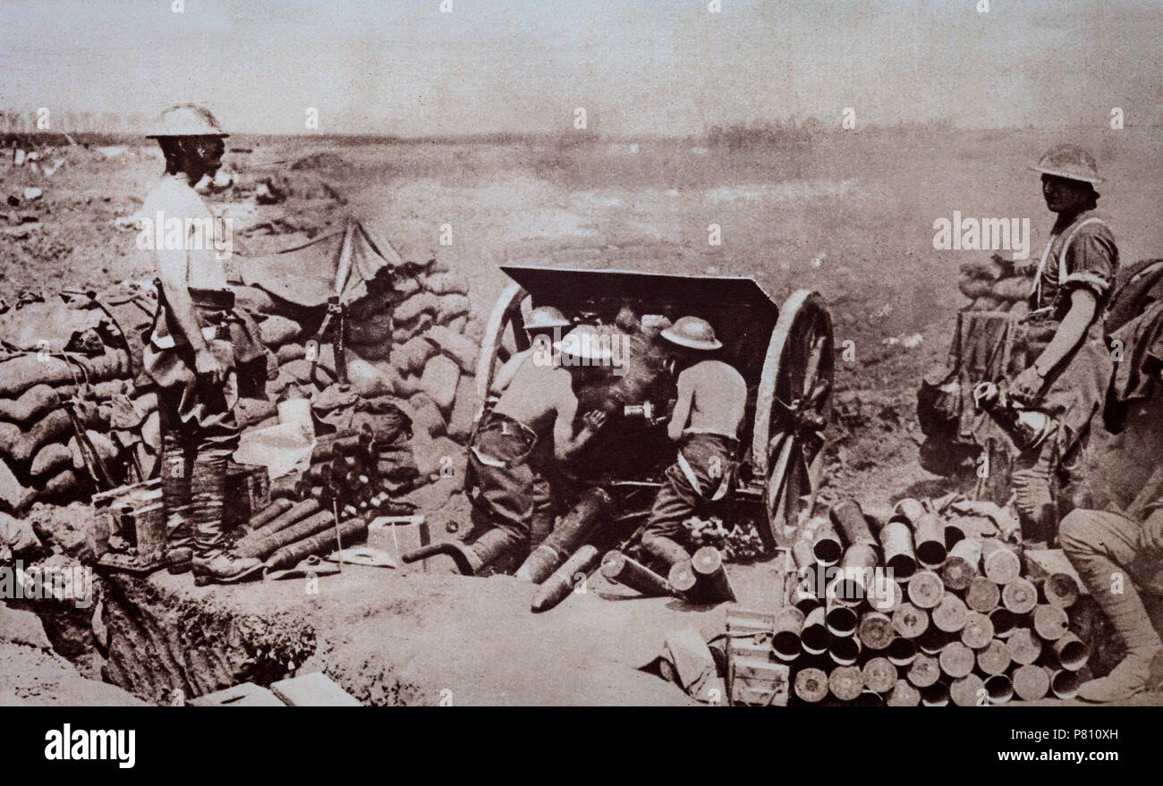 British soldiers manning a field gun. During the early months of World War 1, British forces suffered from a lack of ammunition. Lloyd George, then Minister of Munitions turned the situation around and from mid-1916 the allies were kept well supplied. - Stock Image