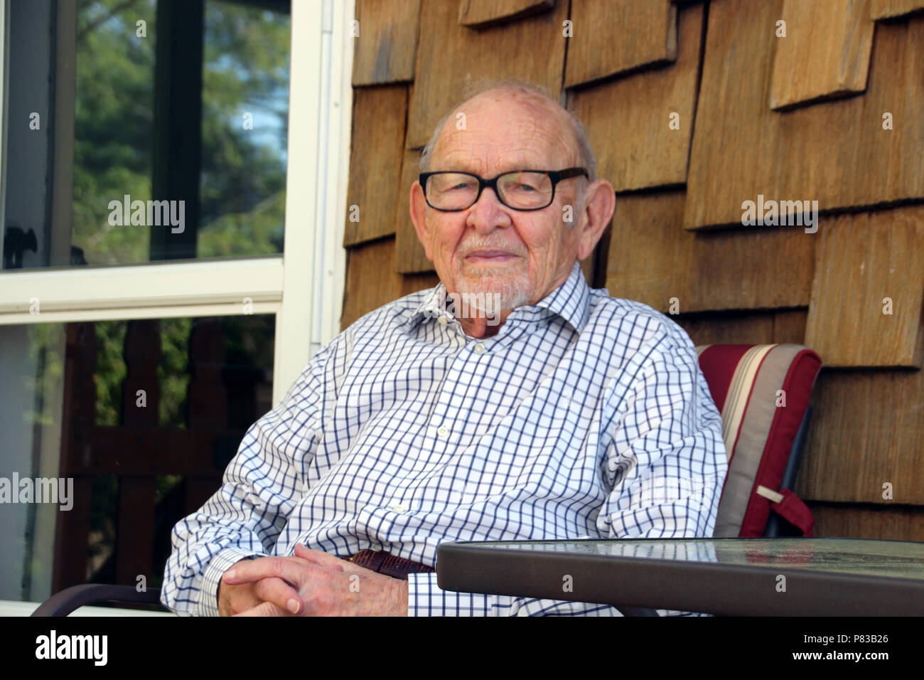USA, Rhinebeck. 25th July, 2018. Justus Rosenberg, last living helper of Varian Fry sits on a terrace. The university professor helped Varian Fry resuce hundreds of people from national socialist prosecution during the Second World War. Credit: Christina Horsten/dpa/Alamy Live News - Stock Image