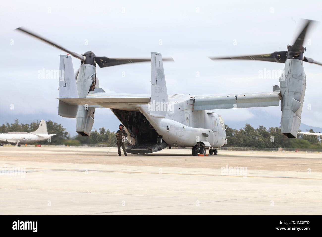 An MV-22B Osprey assigned to Marine Medium Tiltrotor Squadron 363 (VMM-363) prepares to disembark its crew after arriving on Marine Corps Air Station Kaneohe Bay, Marine Corps Base Hawaii, July 7, 2018. MV-22B Ospreys assigned to VMM-363 is part of the squadron's scheduled relocation to their new command, Marine Aircraft Group 24, 1st Marine Aircraft Wing. VMM-363's capabilities will significantly enhance the Marine Corps' ability to perform humanitarian assistance and disaster response, respond to crises and fulfill other alliance roles in the Indo-Pacific region. Decisions regarding the arri Stock Photo