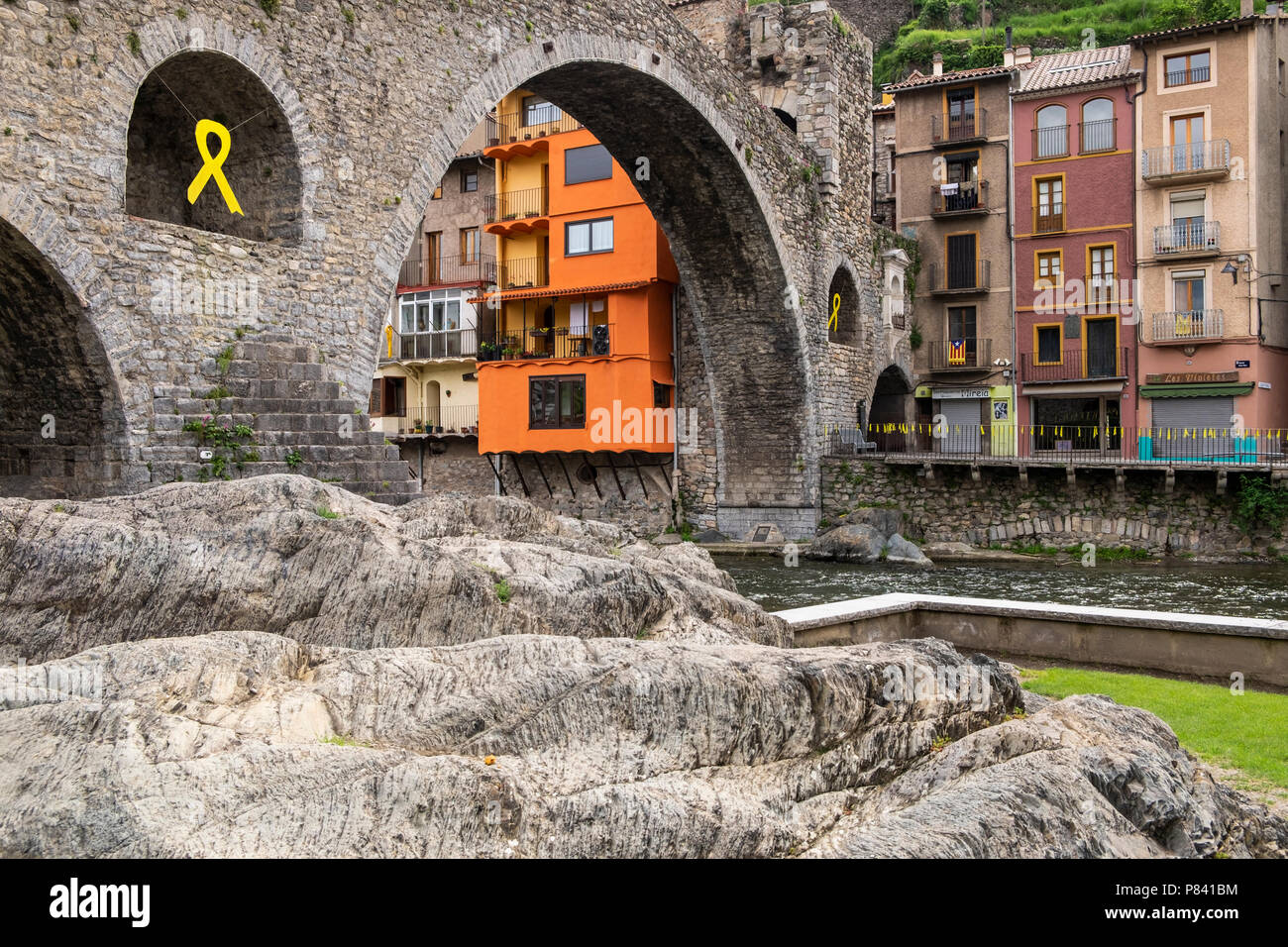 Pont Neu, the 12th century humpbacked bridge over the River Ter in Camprodon village in the Catalonian Pyrenees, Spain - Stock Image