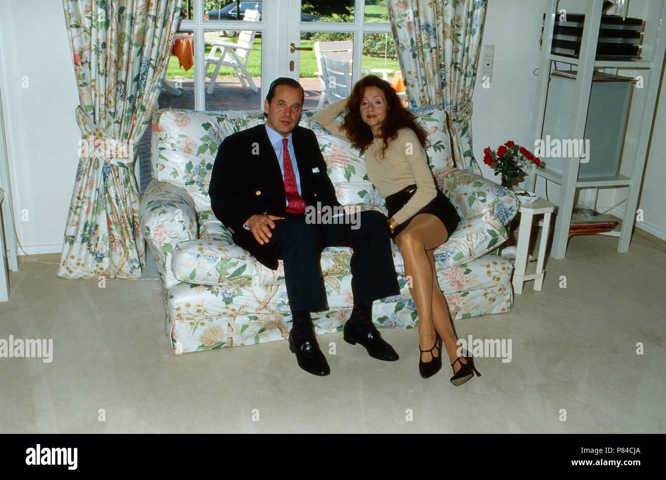 Enno Freiherr von Ruffin mit Ehefrau Sängerin Vicky Leandros auf Gut Basthorst, Deutschland 1988. Enno Baron von Ruffin with his wife, singer Vicky Leandros at Basthorst mansion, Germany 1988. - Stock Image