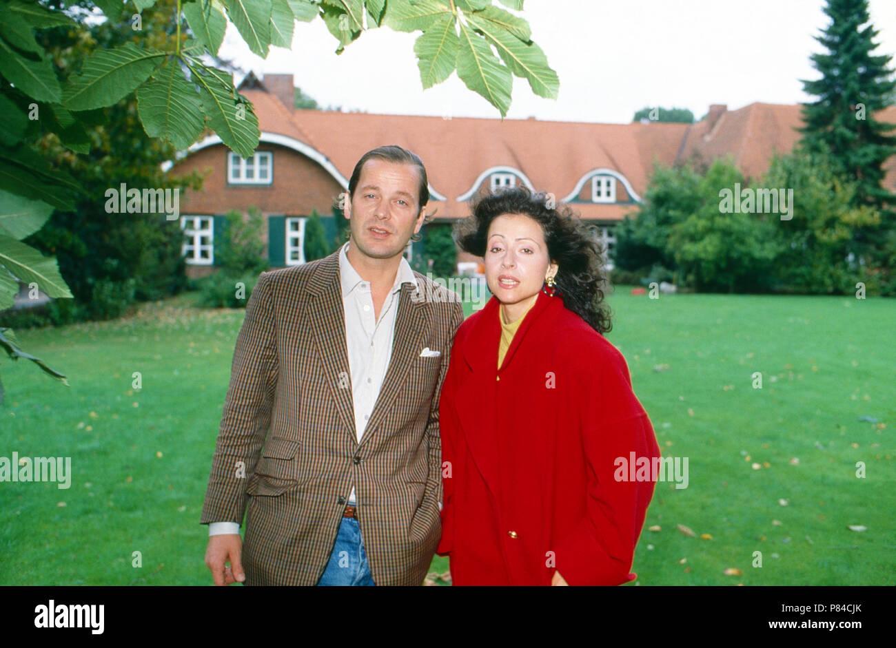 Enno Freiherr von Ruffin mit Ehefrau Sängerin Vicky Leandros vor Gut Basthorst, Deutschland 1988. Enno Baron von Ruffin with his wife, singer Vicky Leandros in front of Basthorst mansion, Germany 1988. - Stock Image