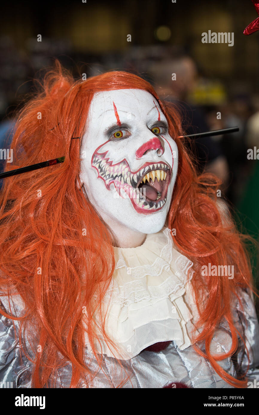 A female cosplayer dressed as Pennywise the clown from the Stephen King novel and movie IT at a comic con event in Birmingham, UK Stock Photo