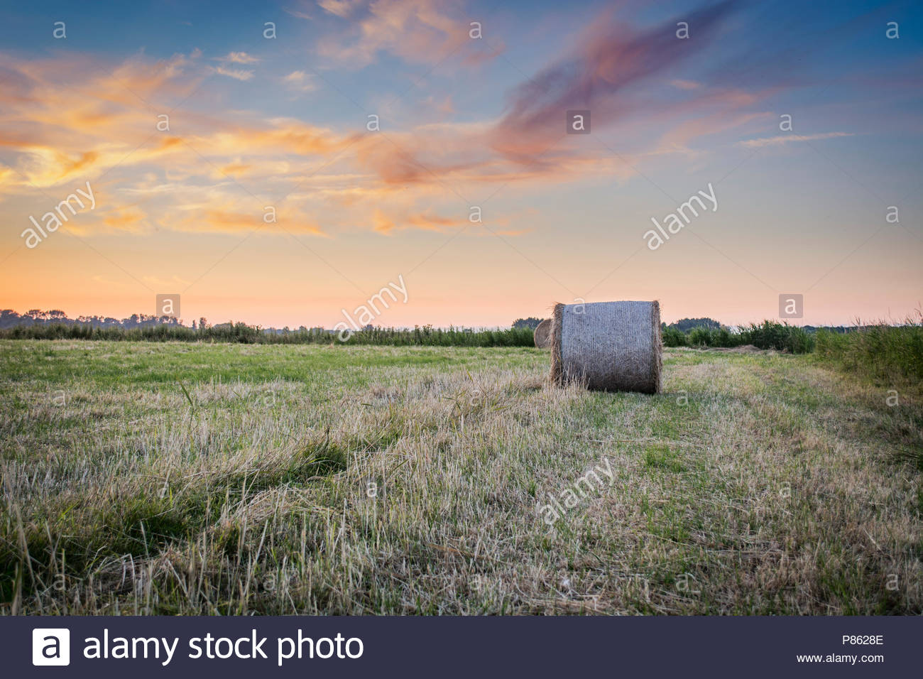 A bale at sunset with leading lines - Stock Image
