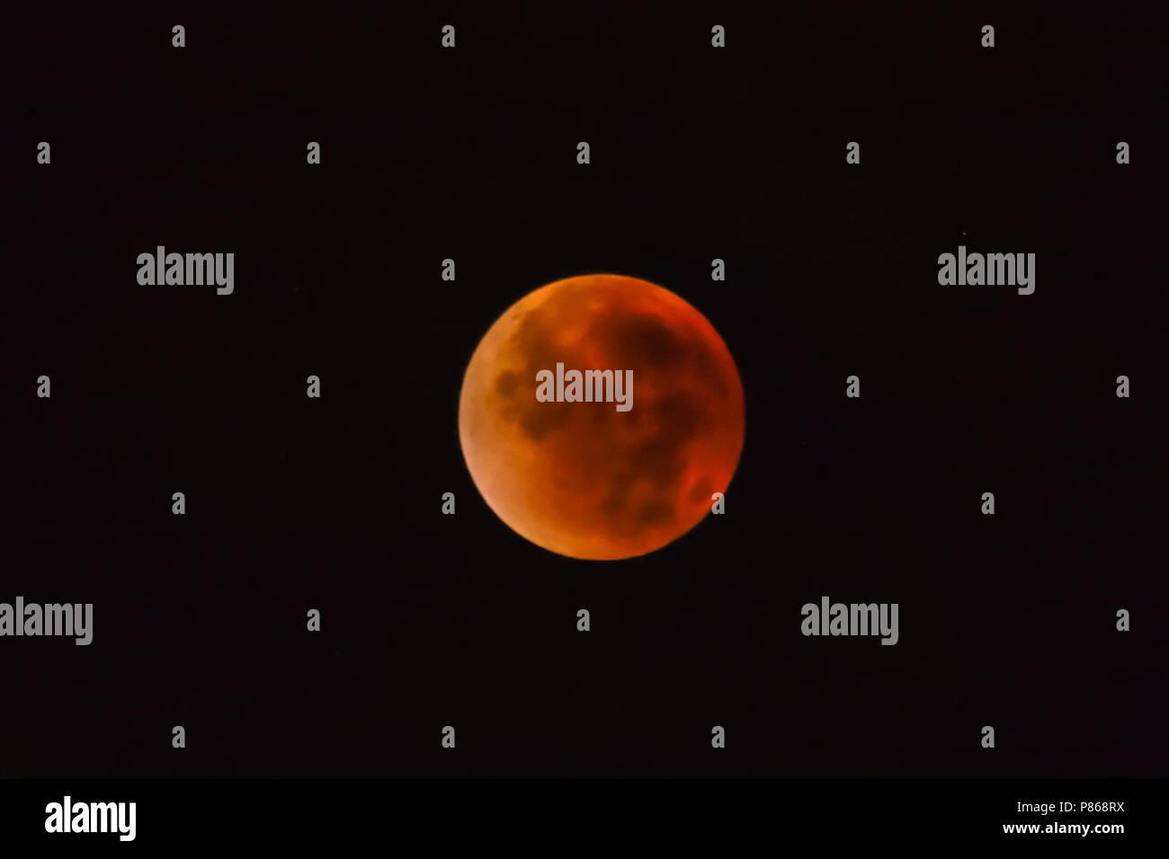 Blood Moon in total lunar eclipse, bloedmaan tijdens volledige maansverduistering, - Stock Image