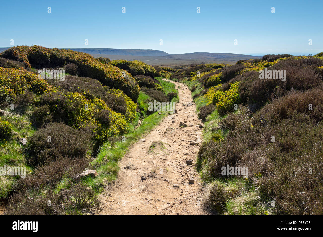 The Kinder Scout plateau from the Devil's Dike on the Pennine Way, on the Bleaklow plateau above Glossop, Peak District, Derbyshire, England, UK. - Stock Image
