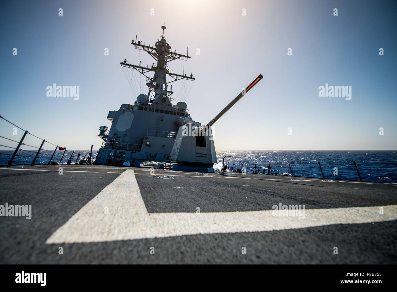 180623-N-LI768-1015 PACIFIC OCEAN (June 23, 2018) - The guided-missile destroyer USS Dewey (DDG 105) transits the Pacific Ocean, June 23, 2018. Dewey is underway in the U.S. 3rd Fleet area of operations. (U.S. Navy photo by Mass Communication Specialist 2nd Class Devin M. Langer/Released). () - Stock Image