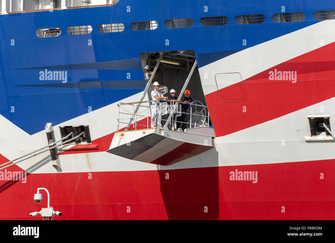 Ship's officer standing on the mooring plaform to oversee the safety of the berthing of this cruise liner, Port of Southampton, England UK - Stock Image