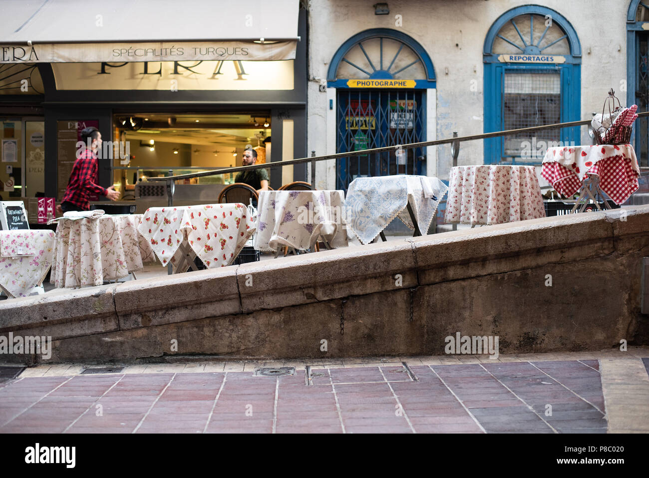 Decorative tablecloths on tables in Nice Old Town - Stock Image