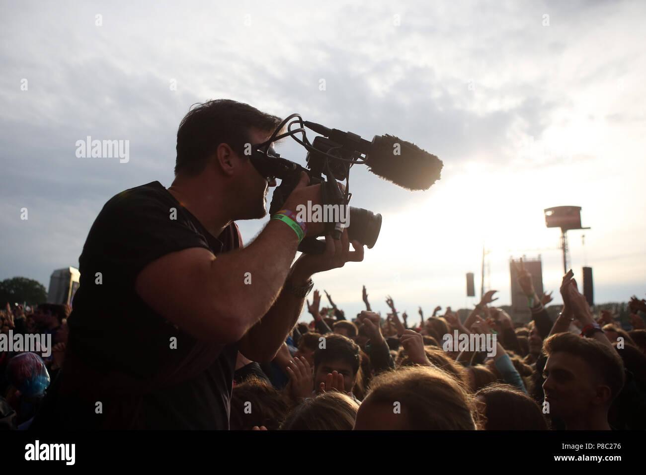 Hoppegarten, Germany, cameraman films a cheering crowd at Lollapalooza Berlin 2017 at the Hoppegarten racecourse Stock Photo