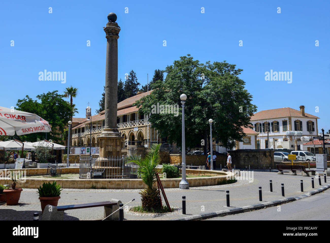 Venetian Column with Law Courts in background in Atatürk Square (Sarayönü Square) in North Nicosia (Lefkosa), Turkish Republic of Northern Cyprus - Stock Image
