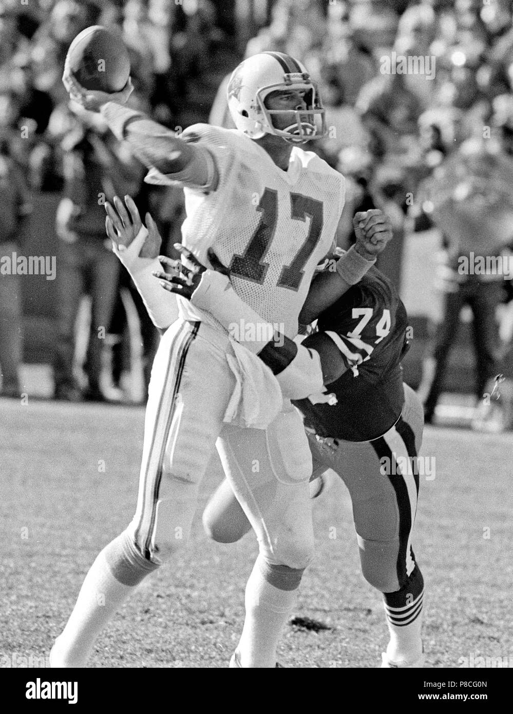 San Francisco, California, USA. 18th Nov, 1984. San Francisco 49ers vs. Tampa Bay Buccaneers at Candlestick Park Sunday, November 18, 1984. 49ers beat the buccaneers 24-17. San Francisco 49ers Defensive End Fred Dean (74) sacks Tampa Bay Buccaneers Quarterback Steve DeBerg Credit: Al Golub/ZUMA Wire/Alamy Live News Stock Photo