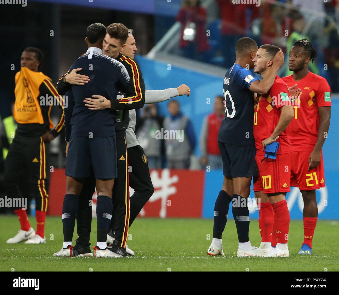 ¿Cuánto mide Eden Hazard? - Altura y peso - Real height and weight Saint-petersburg-russia-10th-july-2018-kylian-mbappe-3rd-r-of-france-tries-to-comfort-eden-hazard-2nd-r-of-belgium-after-the-2018-fifa-world-cup-semi-final-match-between-france-and-belgium-in-saint-petersburg-russia-july-10-2018-france-won-1-0-and-advanced-to-the-final-credit-li-mingxinhuaalamy-live-news-P8CG3X