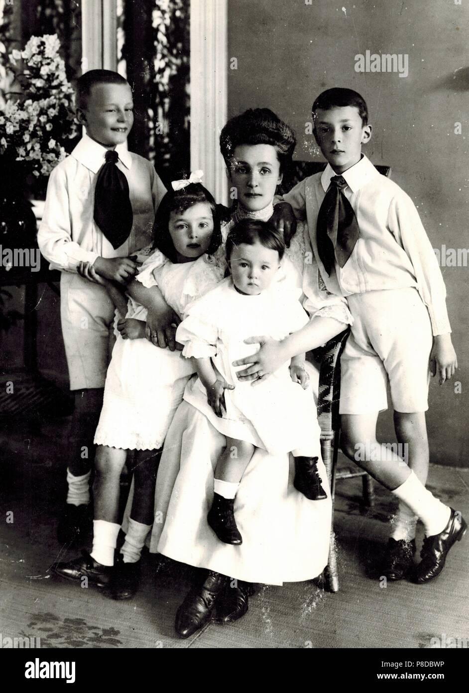 Elena Ivanovna Nabokova with children Sergei, Olga, Elena and Vladimir. Museum: PRIVATE COLLECTION. - Stock Image