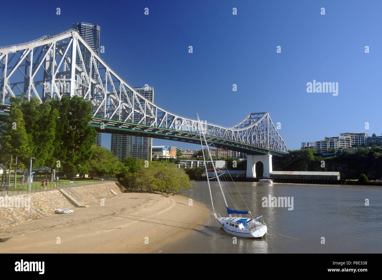 Yacht on beach at Kangaroo Point near the Story Bridge, Brisbane River, Queensland, Australia. NO PR or MR - Stock Image