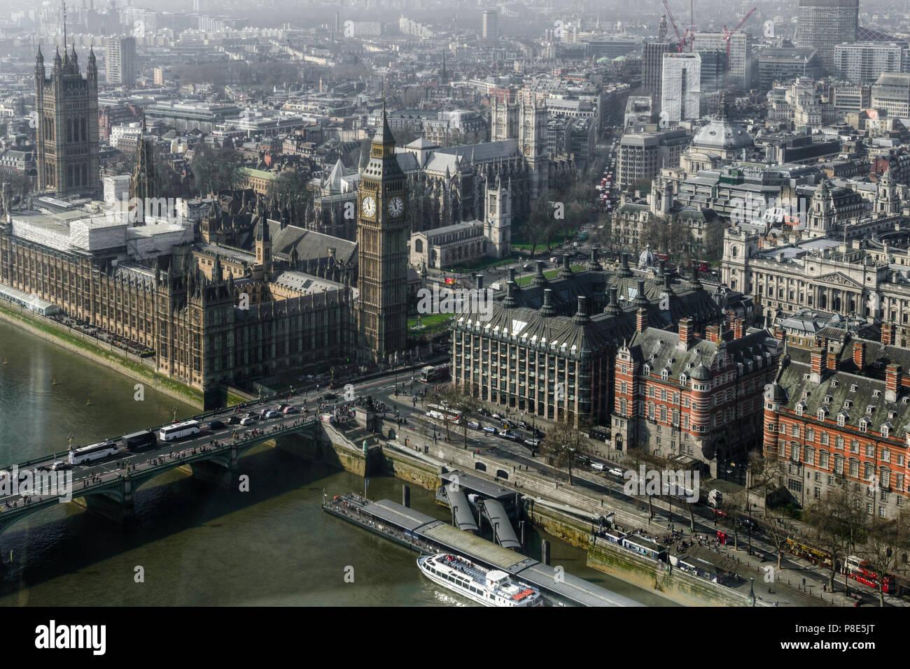 Vista aérea del Big Ben, la gran torre del reloj situado en el lado noroeste del Palacio de Westminster, en Londres. Stock Photo