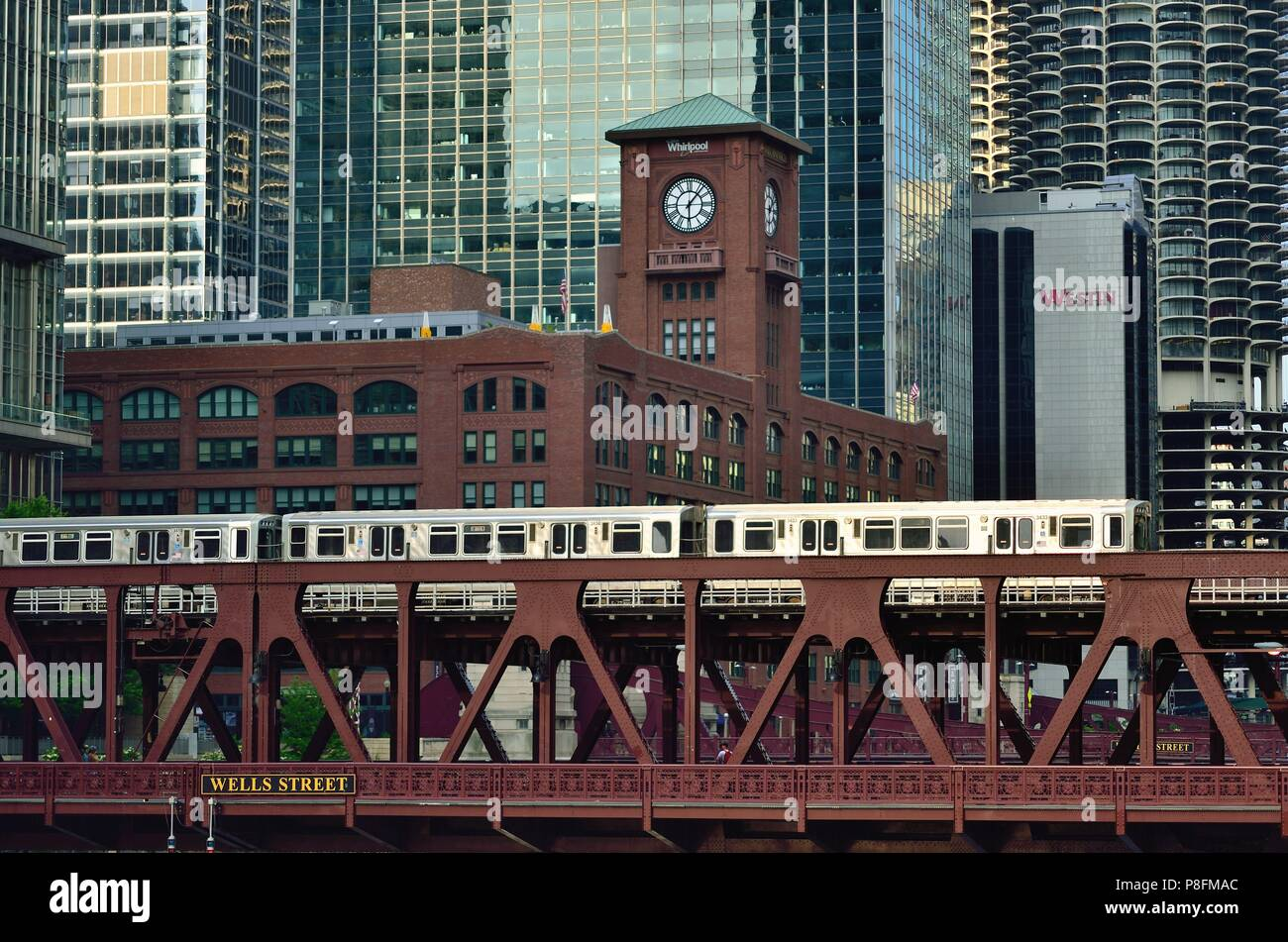 Chicago, Illinois, USA. A Chicago CTA Brown Line rapid transit train crossing the Chicago River on the Wells Street Bridge. Stock Photo