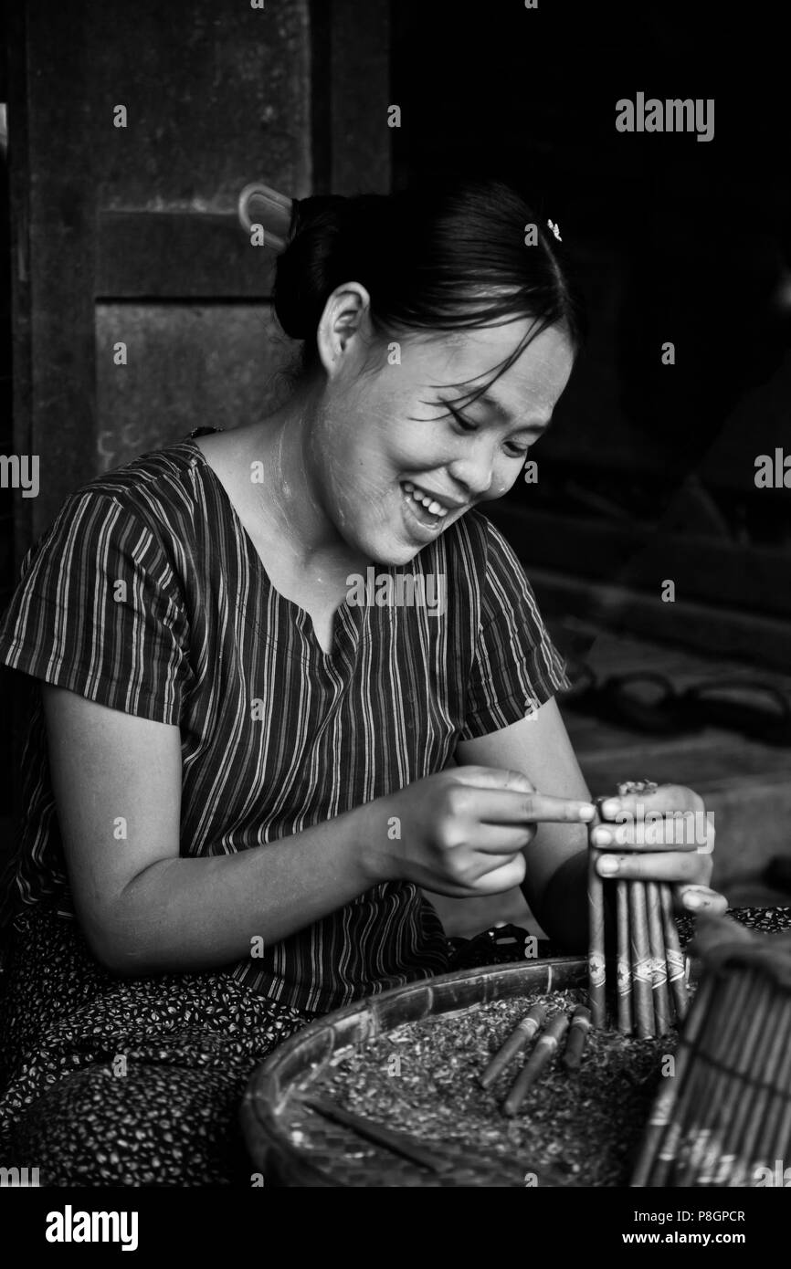 Women are the CIGAR ROLLERS of this industry in BAGO - MYANMAR - Stock Image