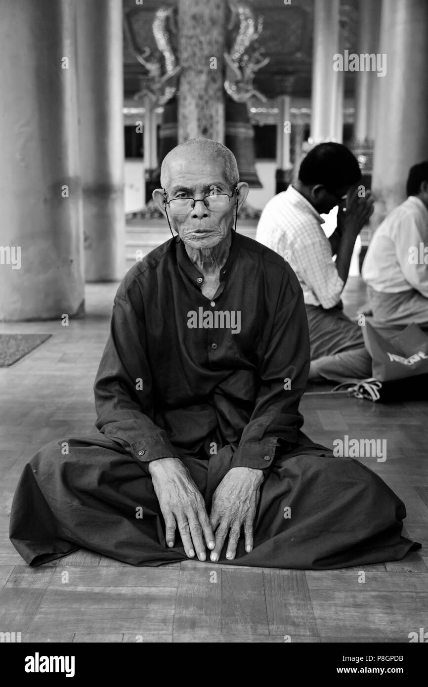 HOLY MAN at the SHWEDAGON PAYA or PAGODA which dates from 1485 - YANGON, MYANAMAR Stock Photo