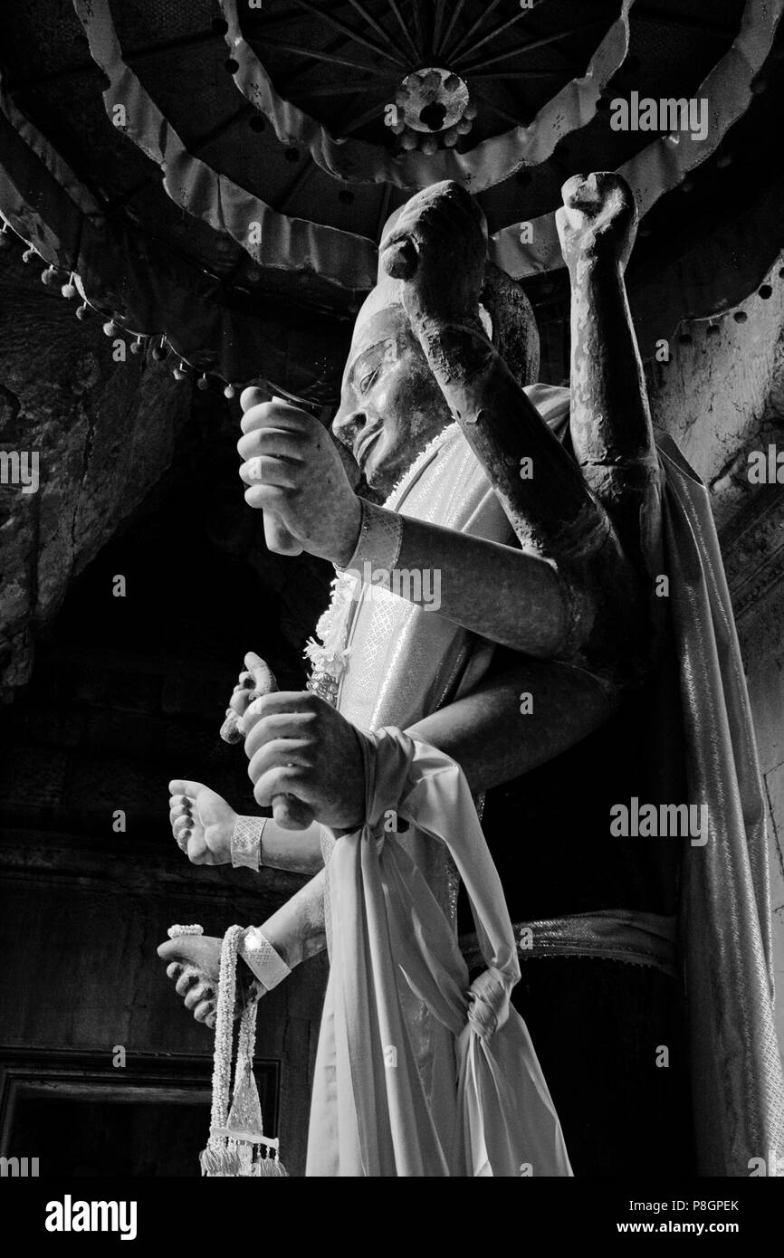 A stone carved statue of the Hindu god Vishnu in the outer gopura of Angkor Wat, built in the 11th century by Suryavarman the 2nd,  -  Cambodia - Stock Image