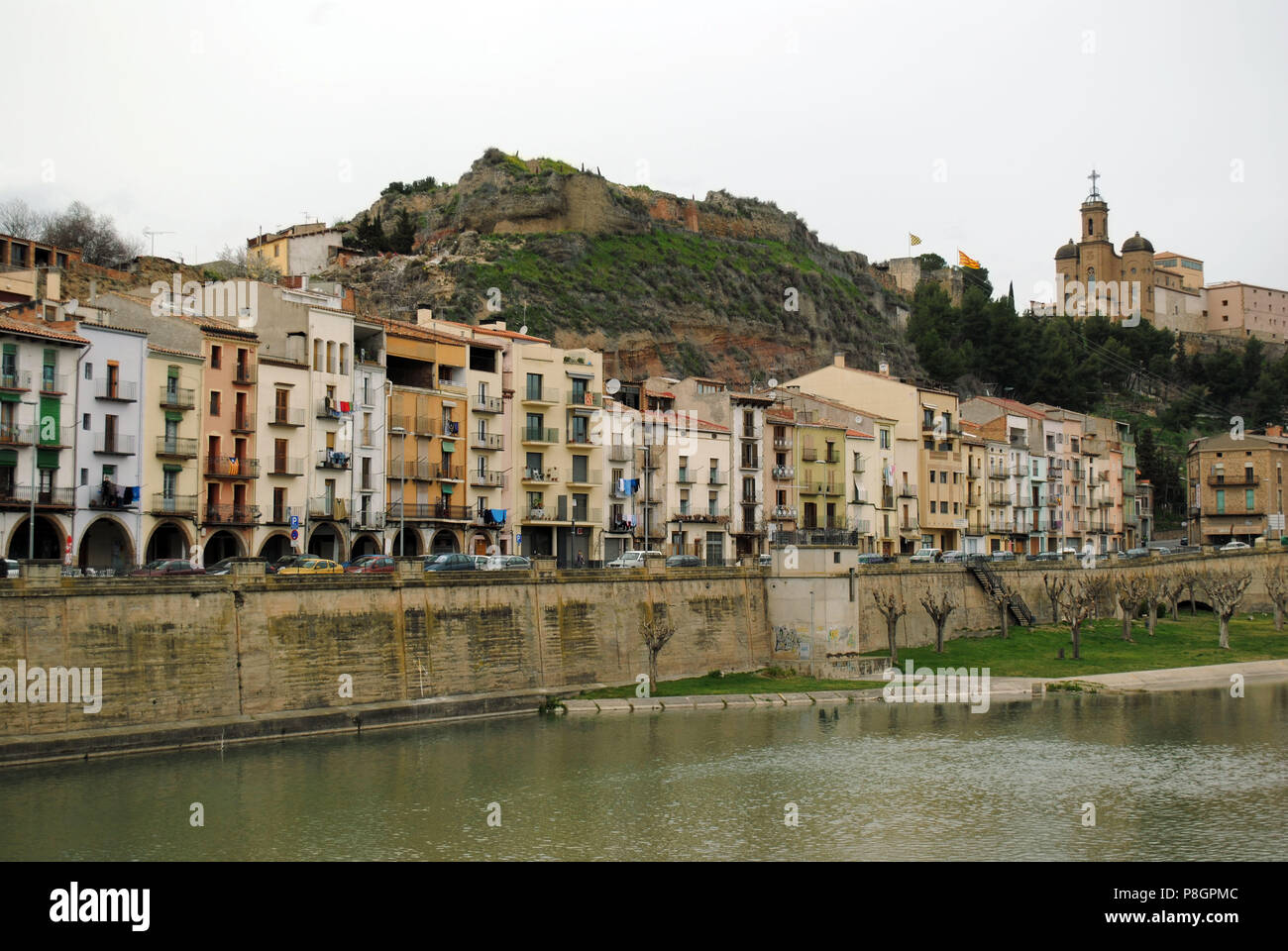 The River Segre and some typical residential buildings in Balaguer, Catalonia, Spain. - Stock Image