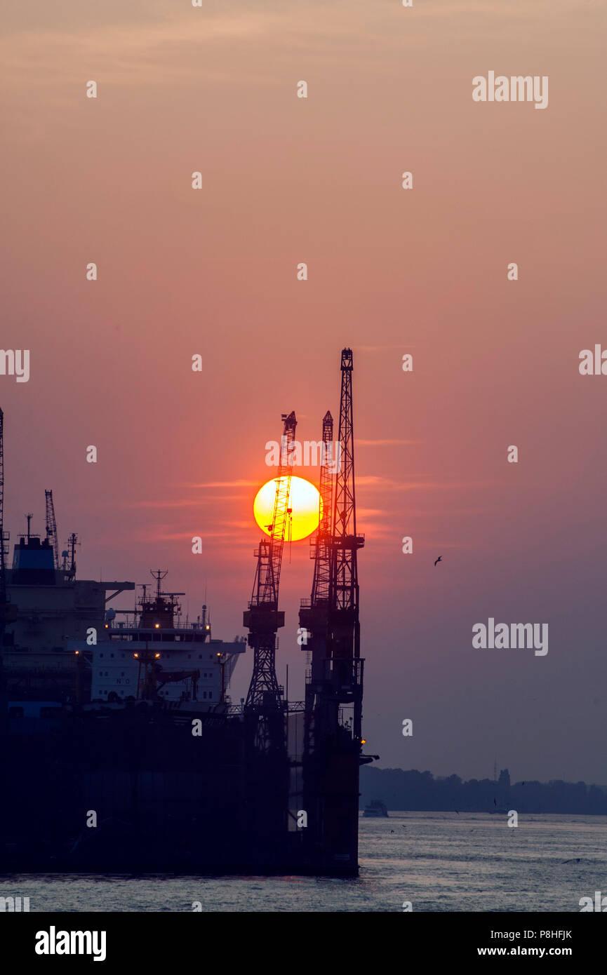 Sonnenuntergang hinter dem Hamburger Hafen. Stock Photo