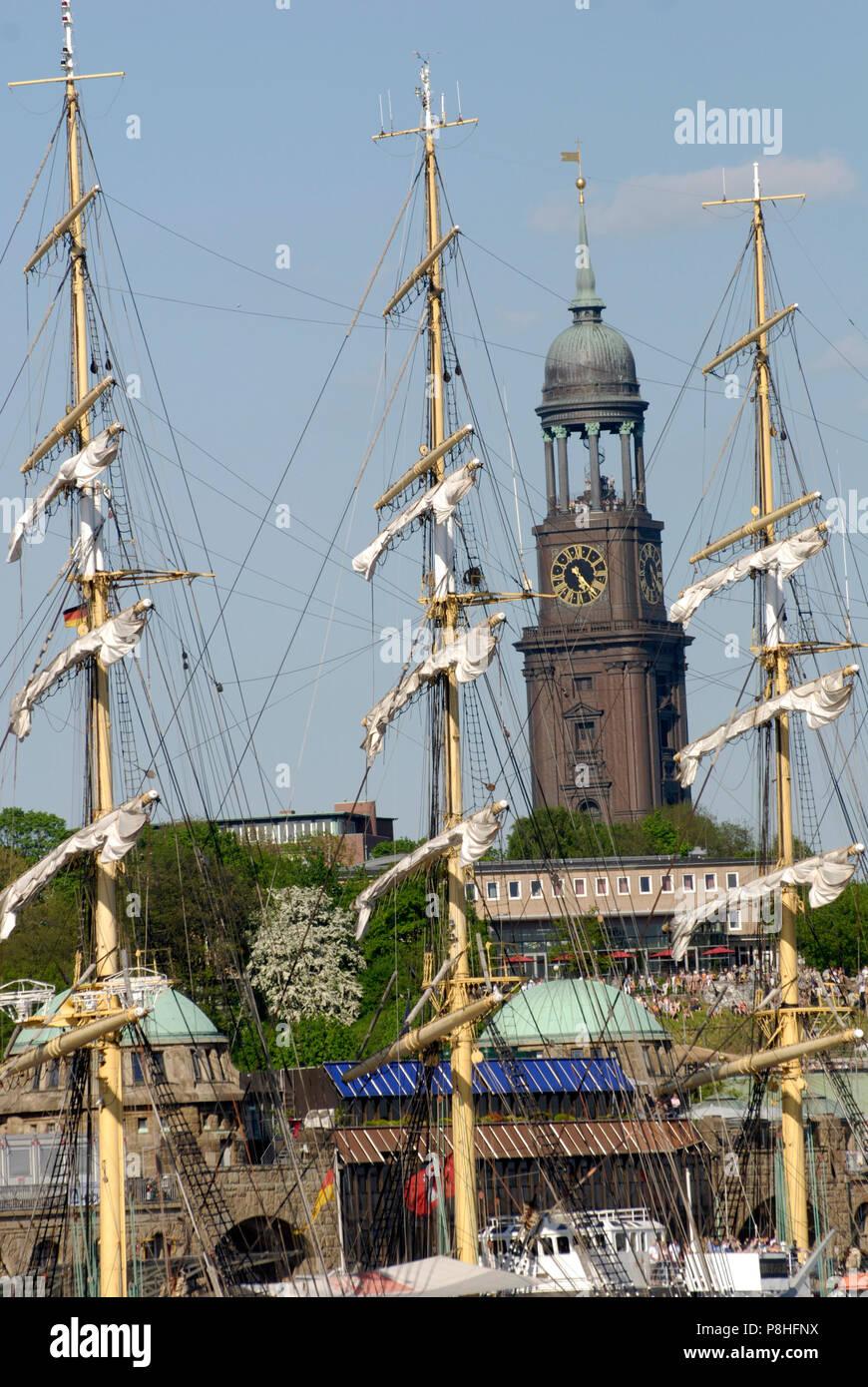 Hafengeburtstag in Hamburg. Schlepper tanzen auf der Elbe. Harbor birthday in Hamburg. - Stock Image