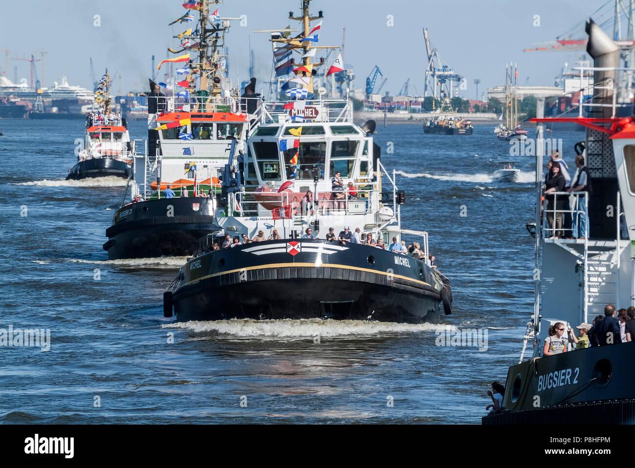 Hafengeburtstag in Hamburg. Schlepper tanzen auf der Elbe. Harbor birthday in Hamburg. Tugs are dancing on the Elbe. - Stock Image