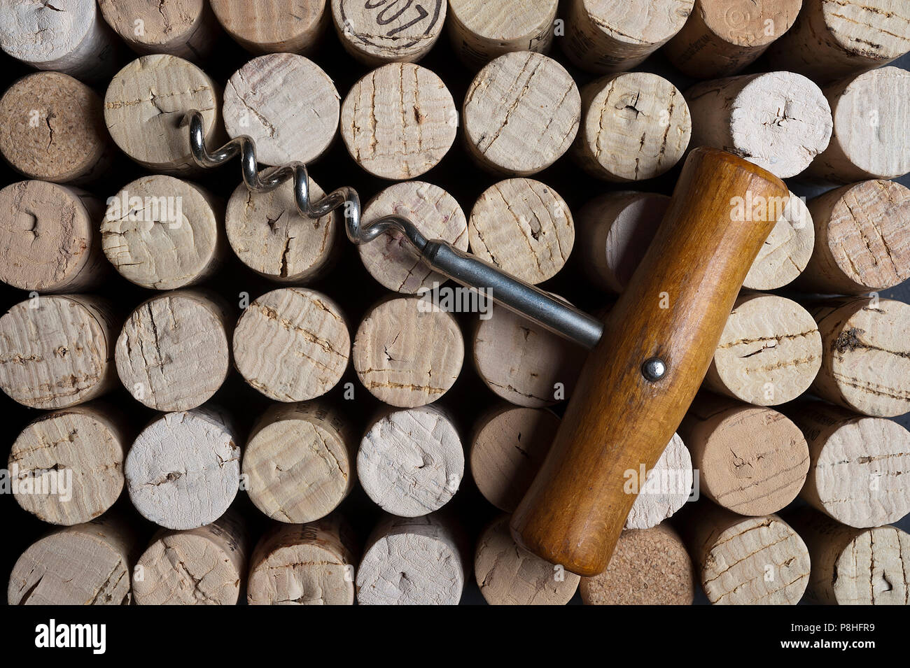 Korkenzieher mit Korken. Corkscrew with cork. - Stock Image
