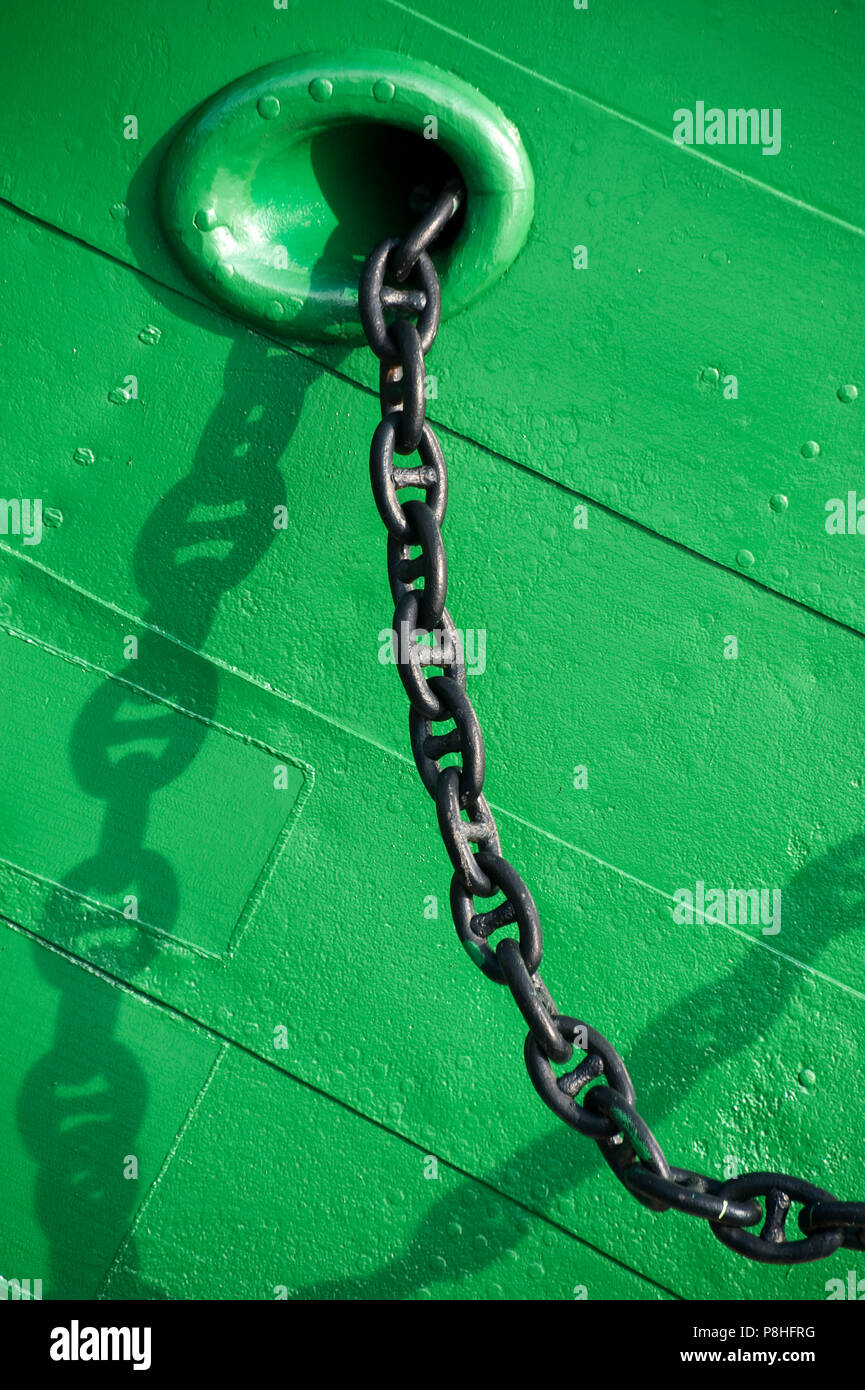 Schiffsrumpf mit Ankerkette. - Stock Image