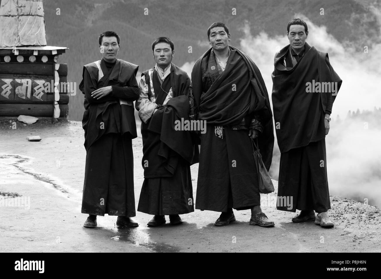 Tibetan Buddhist monks on the roof of Katok Dorjeden Monastery - Kham, (eastern, Tibet), Sichuan Province, China Stock Photo