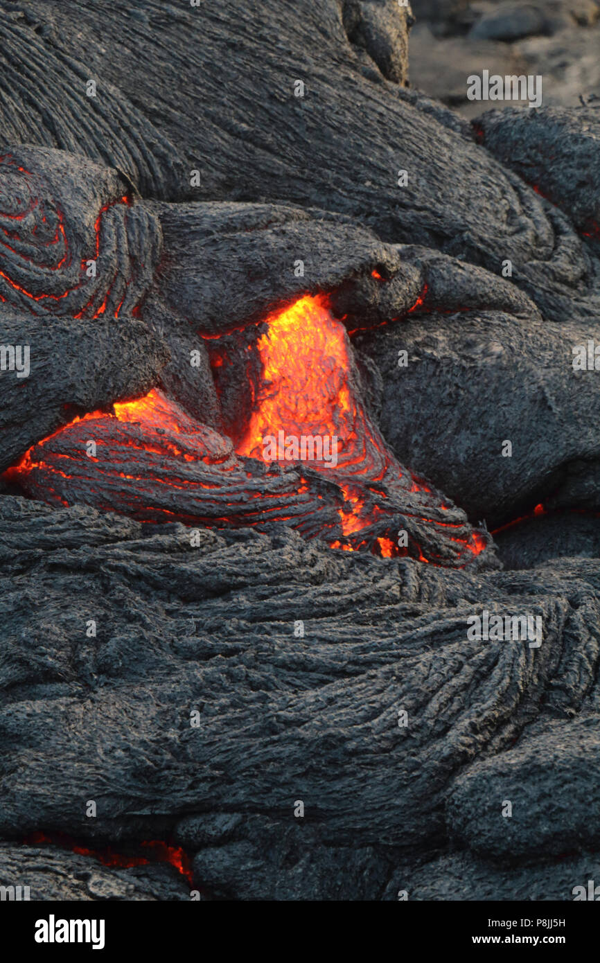 Fresh pahoehoe lava flow from the Puu oo vent on the flanks of Kilauea volcano, on the Big Island of Hawai'i - Stock Image