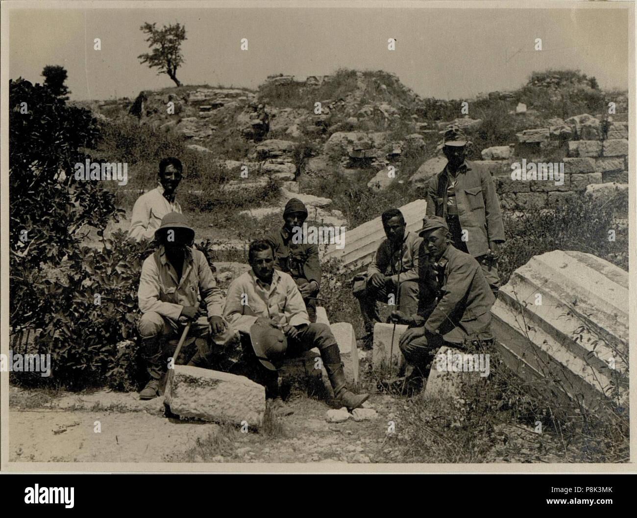 1918 Stock Photos Images Page 445 Alamy Mk 6367 562 Troja Batteriemannschaft Im Rmtheater Bildid 15546367 Image