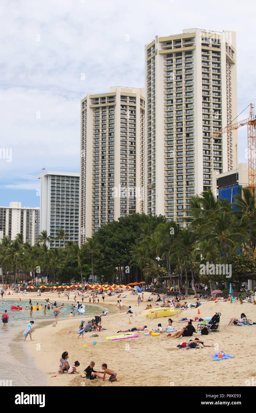 Tourists on the beach. Waikiki Beach, Waikiki, Honolulu, Oahu Island, Hawaii, USA. - Stock Image