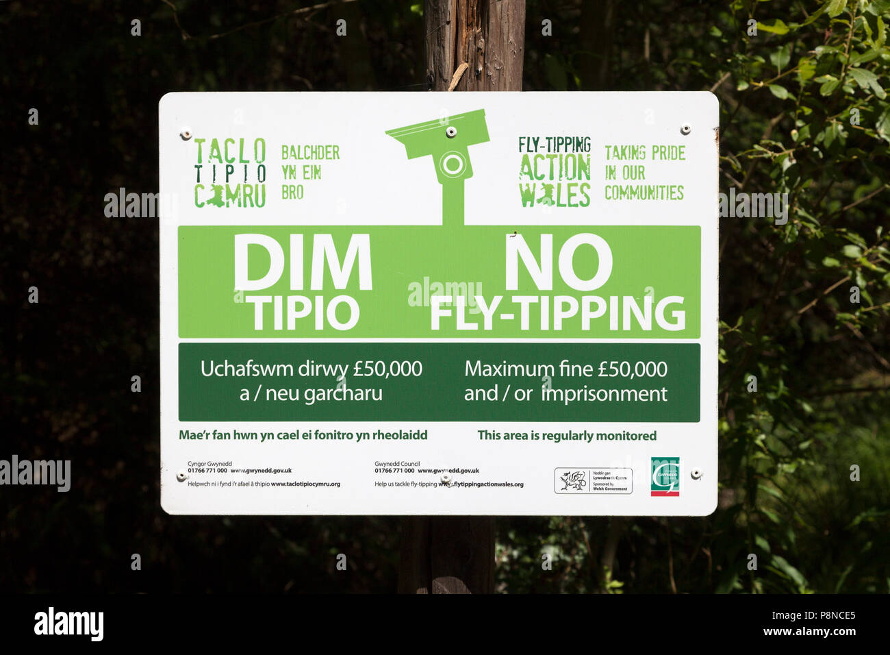 'No Fly-Tipping' warning in Welsh and English, Rhyd, Gwynedd, Wales - Stock Image