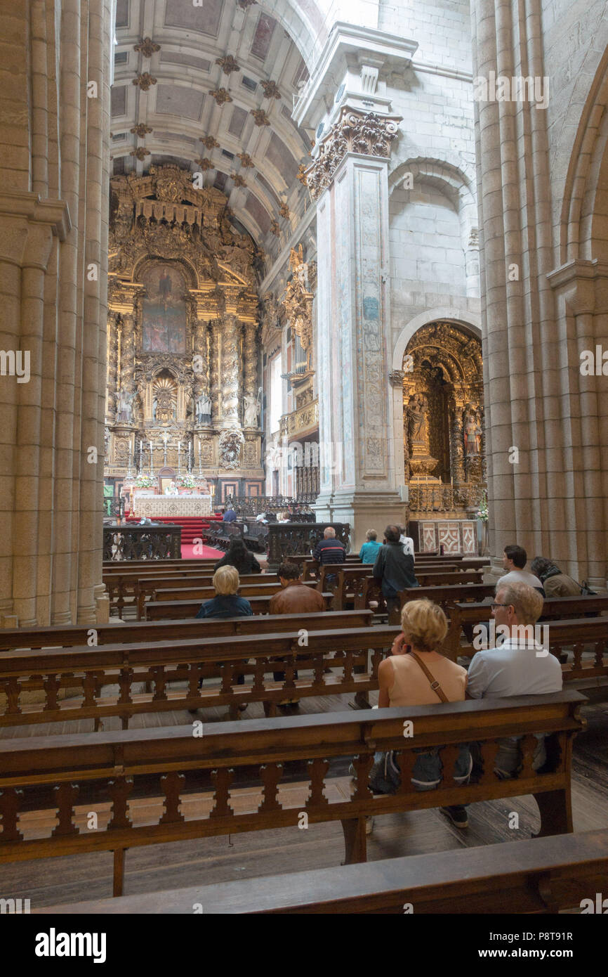 The Romanesque nave and high altar of the Cathedral in Oporto, Portugal.  Began in the late 12th cent. many alterations since including the Baroque. - Stock Image