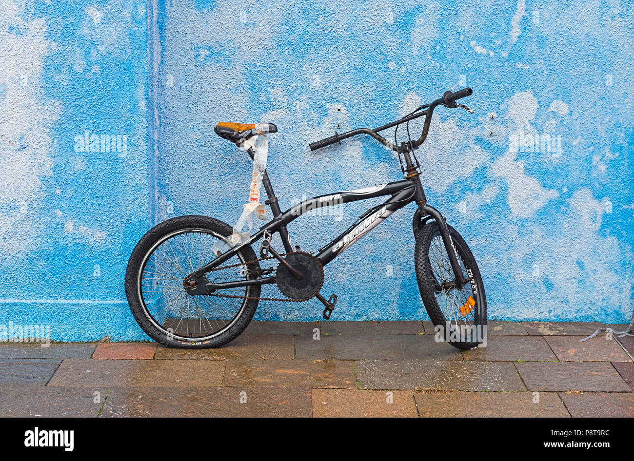 Bicycle outside blue house Burano Italy - Stock Image