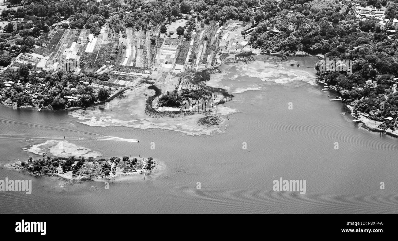 Shoreline of Santiago Atitlan, Lake Atitlan in Guatemala, Central America in black and white - Stock Image