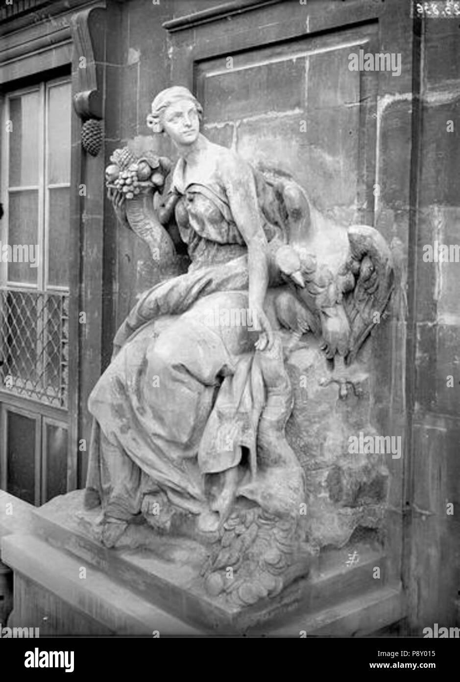 260 Domaine national du Palais-Royal - Cour d'honneur, façade nord, statue de l'abondance - Paris - Médiathèque de l'architecture et du patrimoine - APMH00023836 - Stock Image