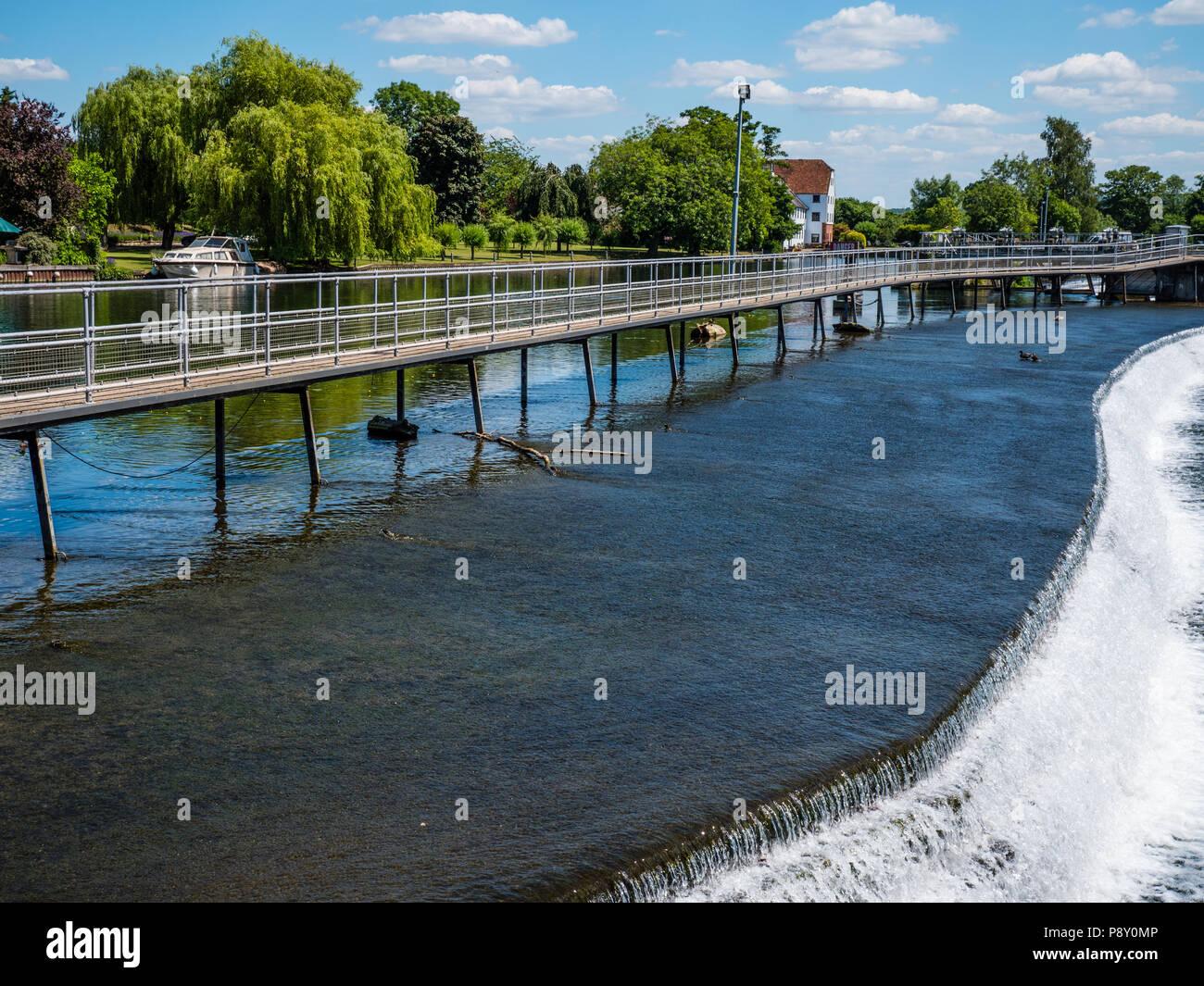 Walkway on Wier, Hambleden Lock and Weir, River Thames, Berkshire, England, UK, GB. - Stock Image