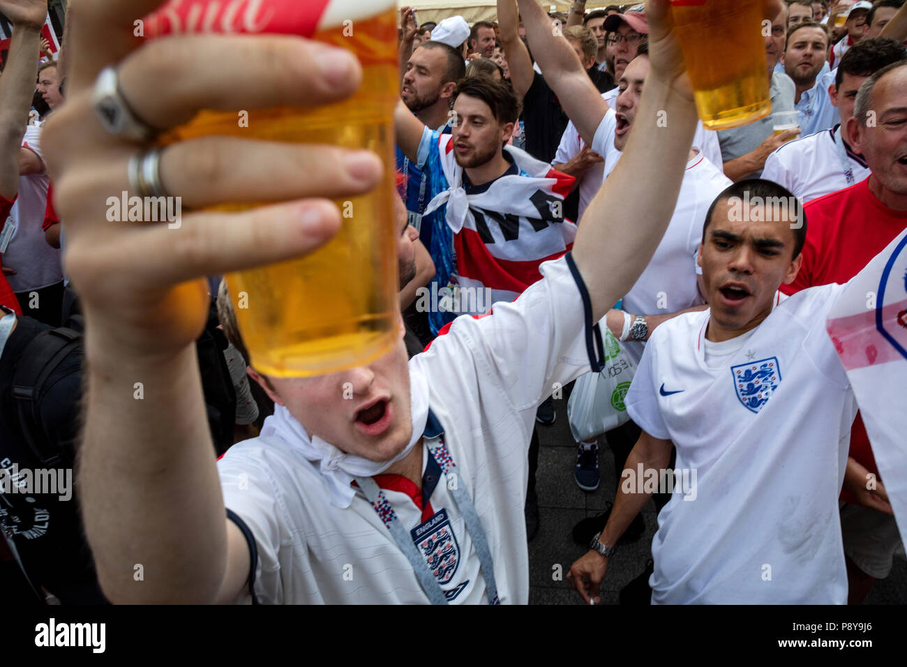 English football fans cheer and drink beer at Nikolskaya street of Moscow before the game England vs Croatia of  the World Cup FIFA 2018 Russia - Stock Image