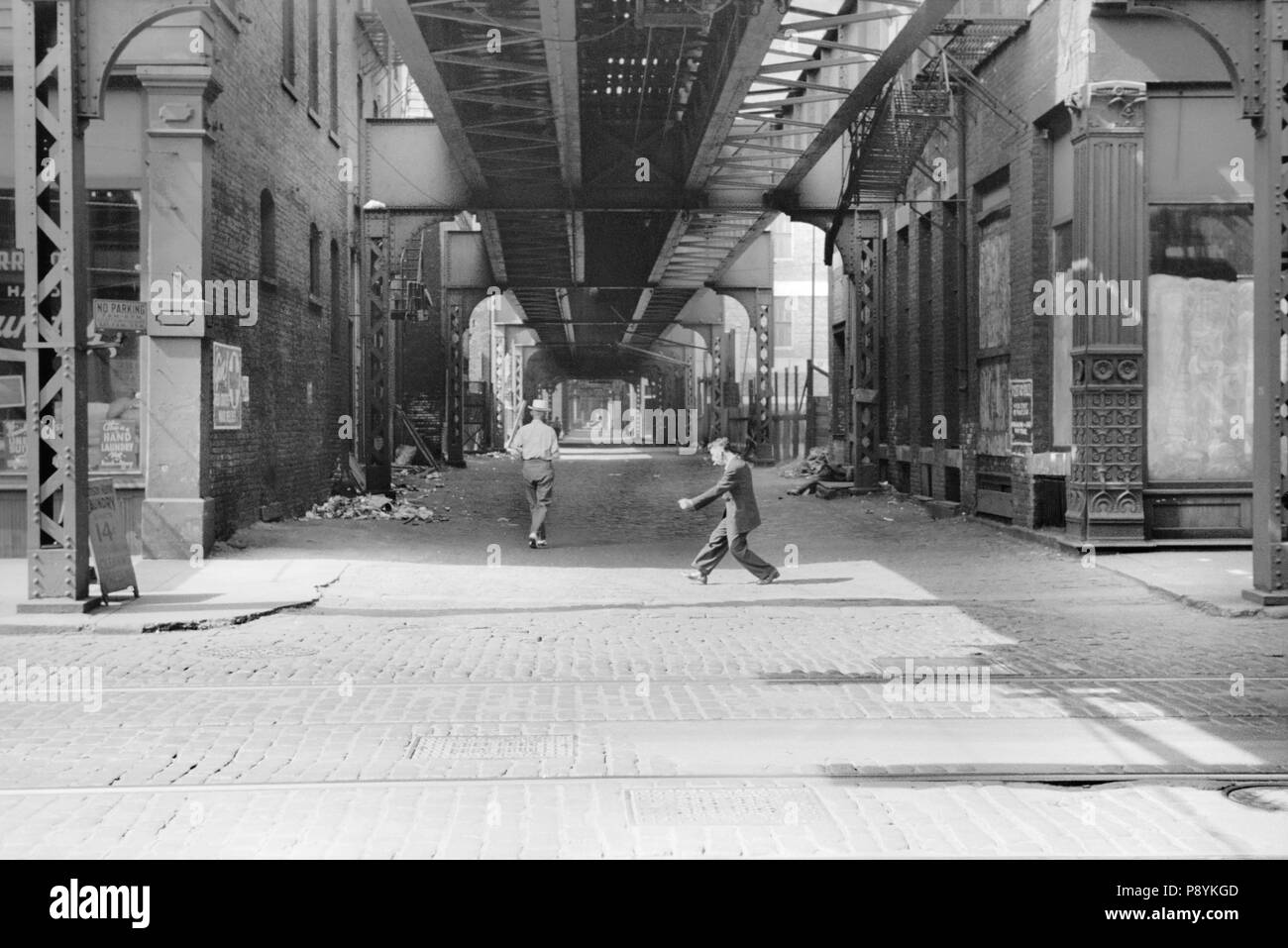 Alley and Elevated Train Tracks, Chicago, Illinois, USA, John Vachon, Farm Security Administration, July 1940 - Stock Image