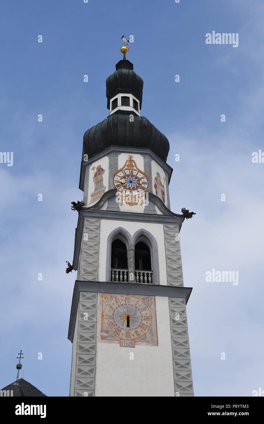 Ranggen, Pfarrkirche, Katholisch, Turm, Turmuhr, Ziffernblatt, Mittelalter, Zeiger, Stundenzeiger, Ziffernblatt, Latein, Fentser, Kirchenfenster, Gitt Stock Photo